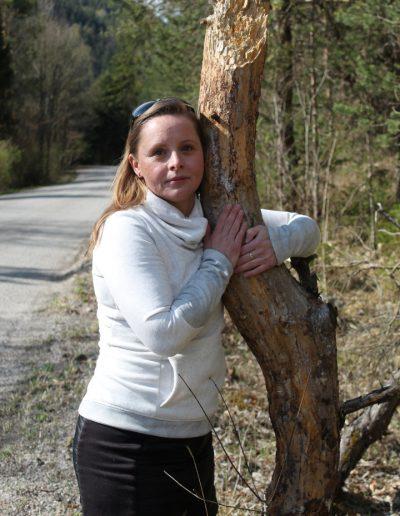 Vladenka obijma strom